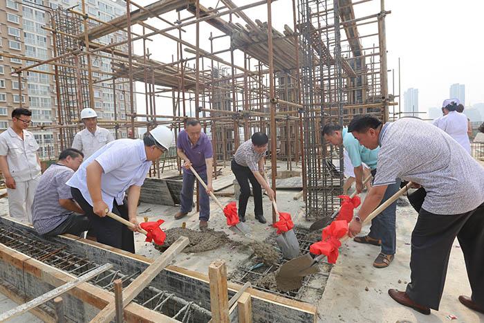 6月16日妇儿医院儿科临床大楼完成主体封顶