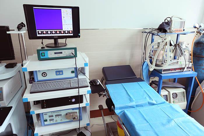 <h3>宫腔镜</h3>宫腔镜是对子宫腔内疾病进行诊断和治疗的先进设备,它能清晰地观察到了宫腔内的各种改变,明确做出诊断。利用宫腔镜技术可直接检视子宫腔内病变,进行定位采集病变组织送检,诊断准确、及时、全面、直观,可早期发现癌症;输卵管插管,检查输卵管通畅度,疏通输卵管间质部阻塞,准确、有效;宫腔镜手术切除子宫内膜,粘膜下肌瘤,内膜息肉,子宫纵隔,宫腔粘连和取出异物,疗效好,不开腹,创伤小,出血少,痛苦轻,康复快。