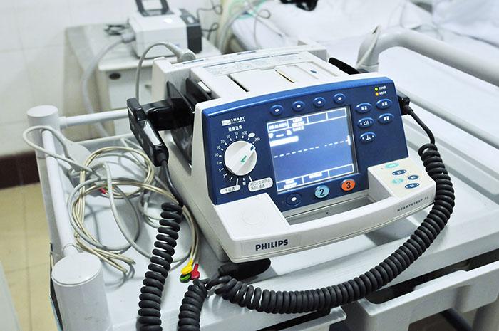 <h3>除颤仪</h3>用脉冲电流作用于心脏,实施电击治疗,消除心率失常,使心脏恢复窦性心律,它具有疗效高、作用快、操作简便以及与药物相比较为安全等优点。