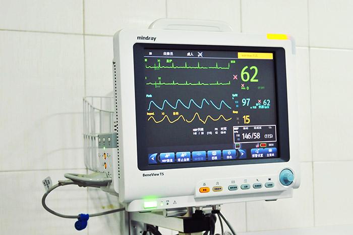 <h3>心电监护仪</h3>能有效24小时连续监护病人的生理参数,检出变化趋势,指出临危情况,应急处理和进行治疗的依据,使并发症减到最少,达到缓解并消除病情的目的。