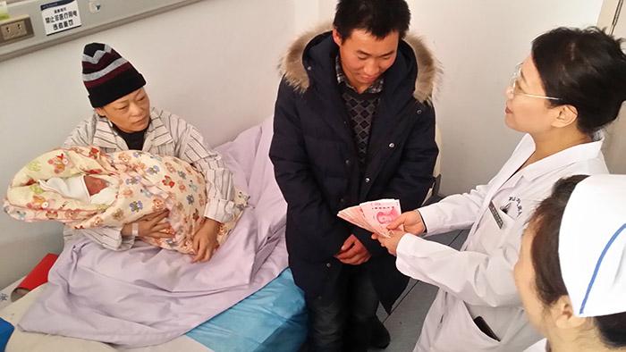 妇儿医院迎来高龄产妇 成功产下三胞胎男婴